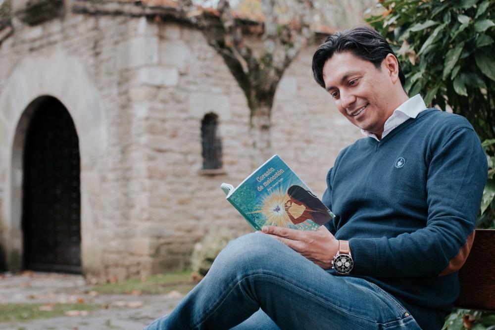 Mario Caicedo publica su primer libro. Corazón de Melocotón