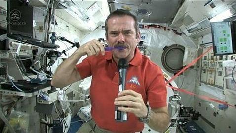¿En la NASA no saben cómo cepillarse los dientes?
