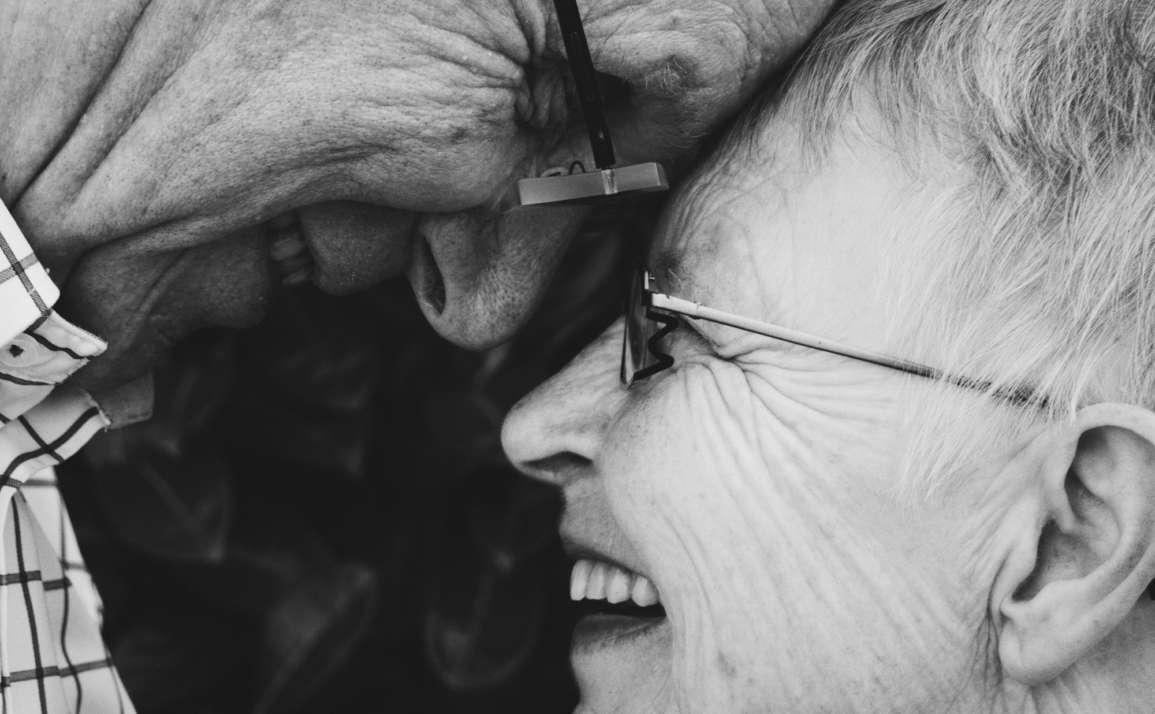 ¿Por qué se les caen los dientes a las personas mayores?